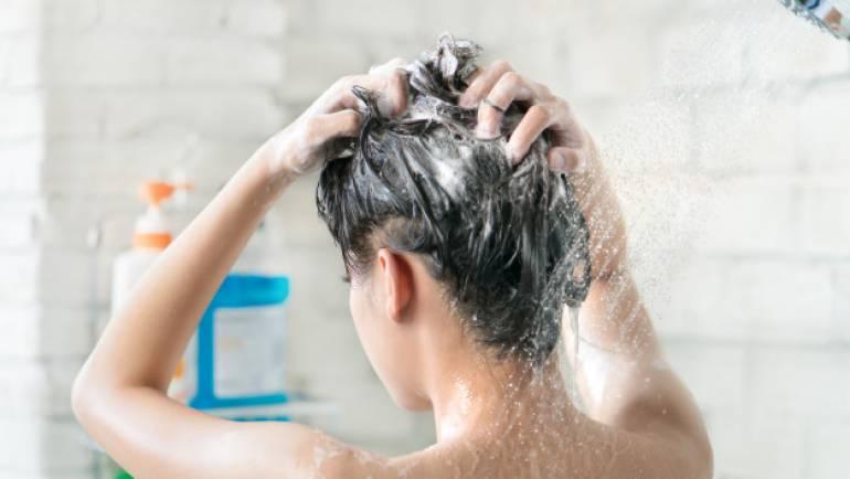 mujeres-asiaticas-banandose-ella-estaba-banando-lavando-pelo-ella-feliz_46139-620-1.jpg